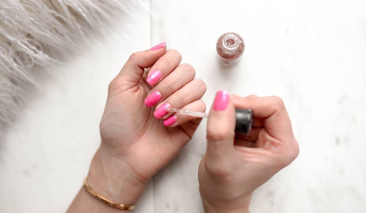 Esmalte de uñas: ¿plano y simple o elegante? Aplicar esmalte de uñas sin pintar, sin rayas y sin burbujas: ¡Así se hace!