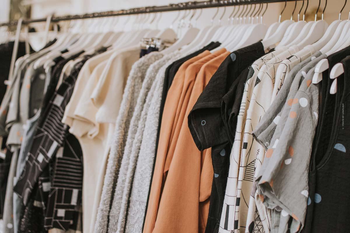 ASOS: Entre la alta costura y el estilo callejero - vestido de graduación, pantalones de deporte y bolso de diseño