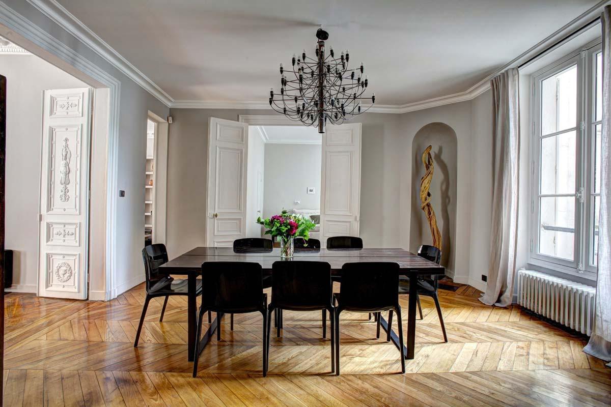 Interior de Hermès: muebles exclusivos, mantas y cojines acogedores