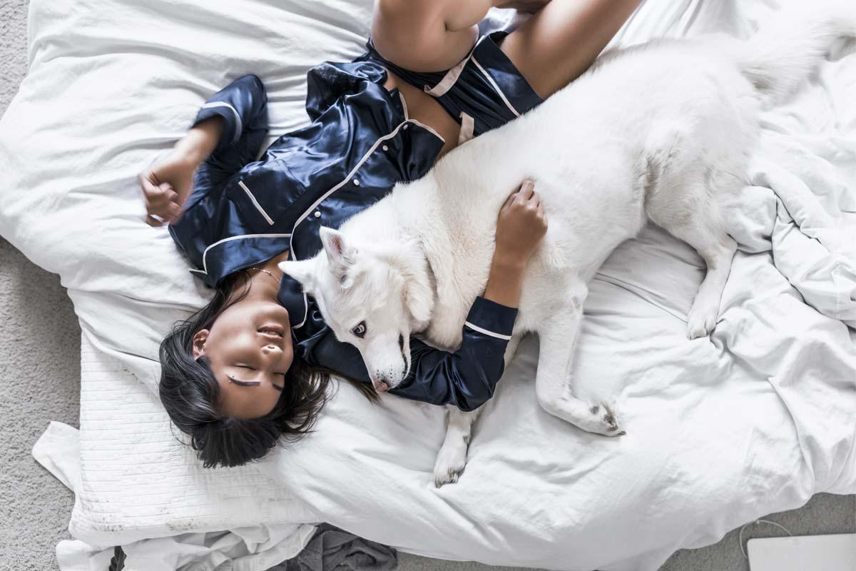 Ropa de noche cómoda y a la moda para un sueño sano y relajado: consejos sobre el ajuste, las telas y el co.