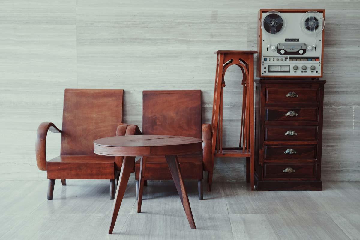 Essential Home Furniture: muebles de mediados de siglo como sillas, mesas y artículos de decoración de Portugal.
