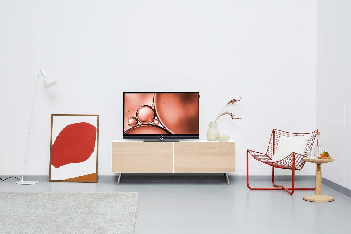 Kartell Interior: lámparas minimalistas, sofás, muebles y sillas de colores de Italia