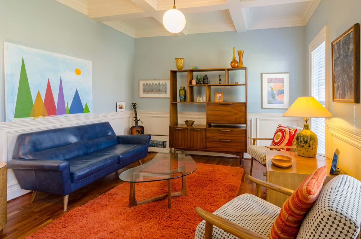 Mobiliario retro y vintage: amuebla en estilo años 50, 60 o 70 con muebles, lámparas y alfombras.